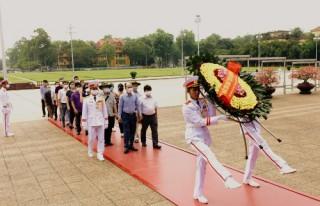 Viện Nghiên cứu Thiết kế Trường học viếng  Lăng Chủ tịch Hồ Chí Minh nhân dịp kỷ niệm 130 năm ngày sinh nhật Người.